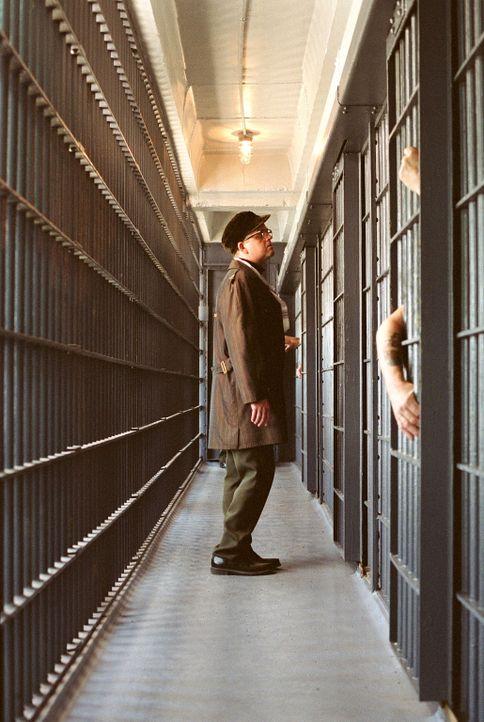 """Capote (Toby Jones) liest in der """"New York Times"""" über einen grausamen Mord an einer Farmerfamilie in Kansas. Er ist derart fasziniert, dass er an d... - Bildquelle: Warner Brothers International Television Distribution Inc."""