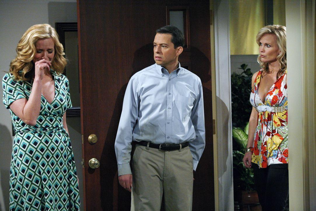 Alan (Jon Cryer, M.) hat soeben die Beziehung mit Donna (Kimberly Quinn, l.) beendet, weil sie ihm zu langweilig geworden ist, als plötzlich Georgia... - Bildquelle: Warner Brothers Entertainment Inc.