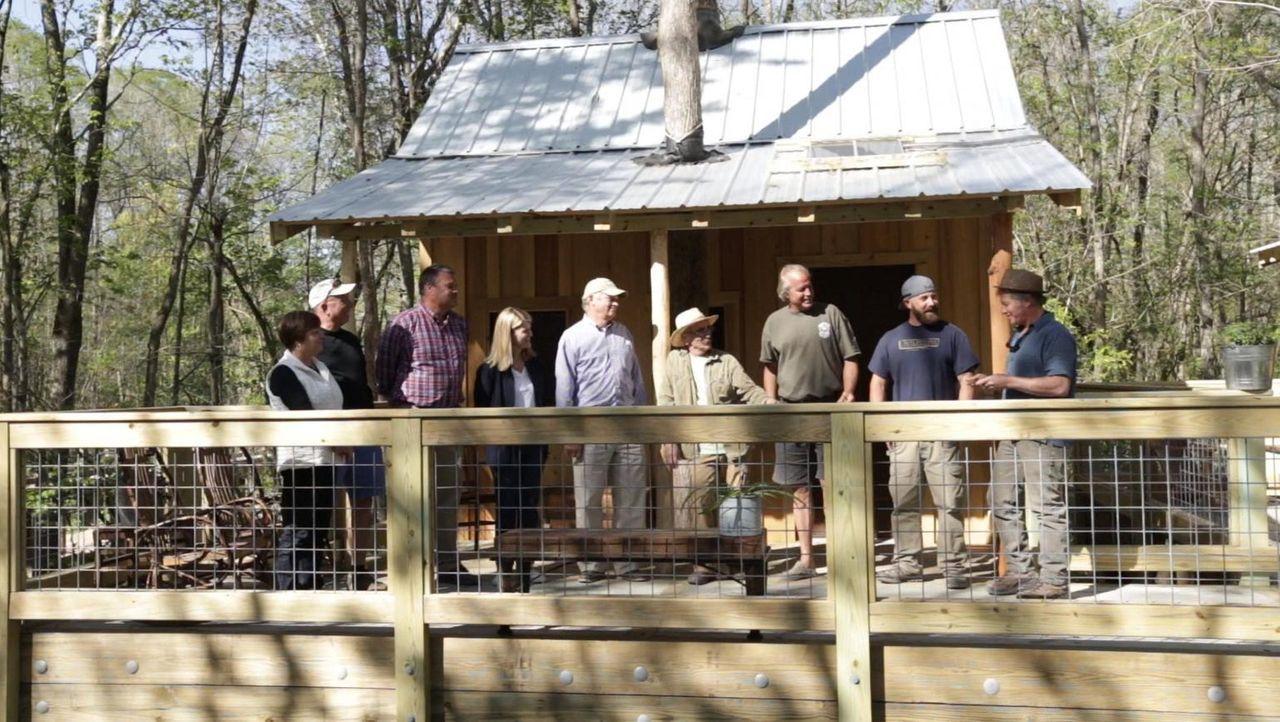Die Treehouse Guys Michael (4.v.r.), B'fer (3.v.r.), Ka-V (2.v.r.) und Jason (r.) befinden sich in den Bäumen Windsors, um an einem neuen Naturliebh... - Bildquelle: 2016,DIY Network/Scripps Networks, LLC. All Rights Reserved