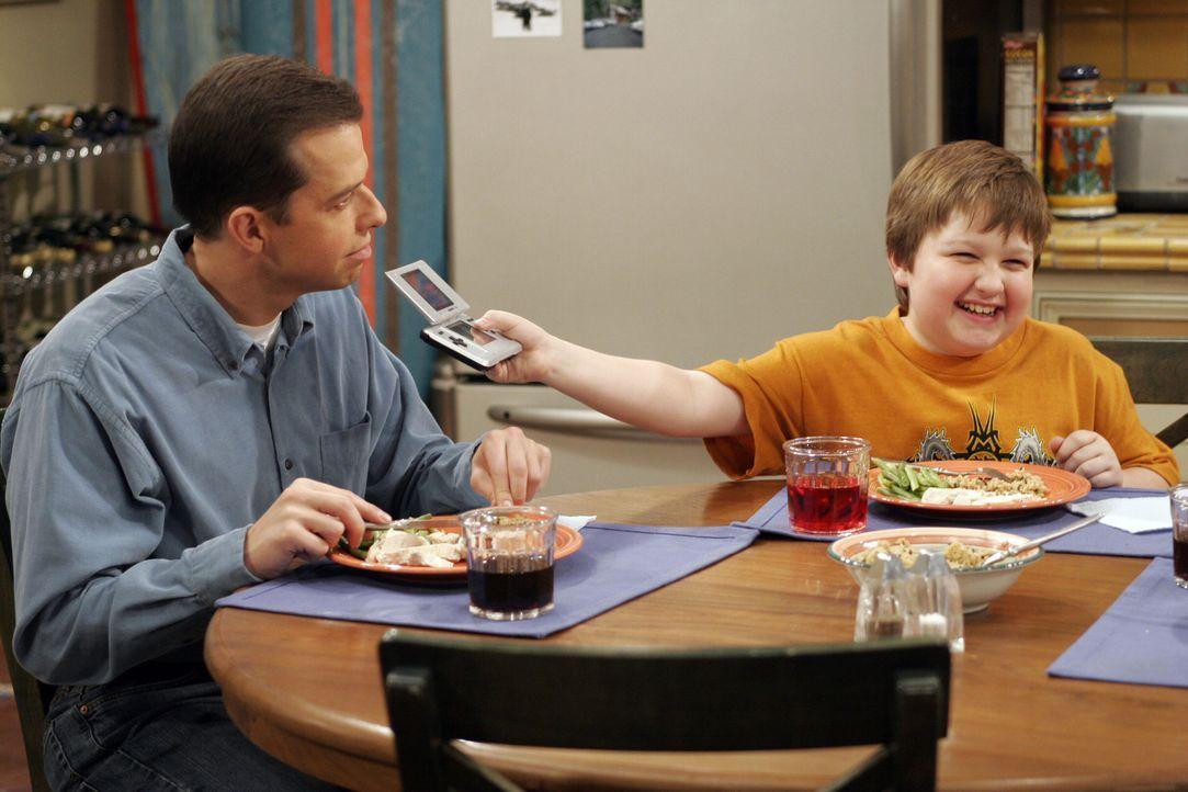 Jake (Angus T. Jones, r.) findet, dass sein Gameboy seltsam riecht, doch sein Vater Alan (Jon Cryer, l.) kann das nicht verstehen ... - Bildquelle: Warner Bros. Television