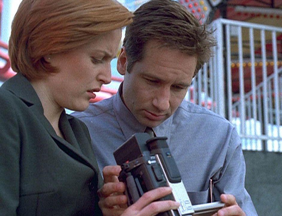 """Scully (Gillian Anderson, l.) und Mulder (David Duchovny, r.) betrachten einen Video-Mitschnitt vom letzten Auftritt des """"Unglaublichen Maleeni"""". - Bildquelle: TM +   2000 Twentieth Century Fox Film Corporation. All Rights Reserved."""