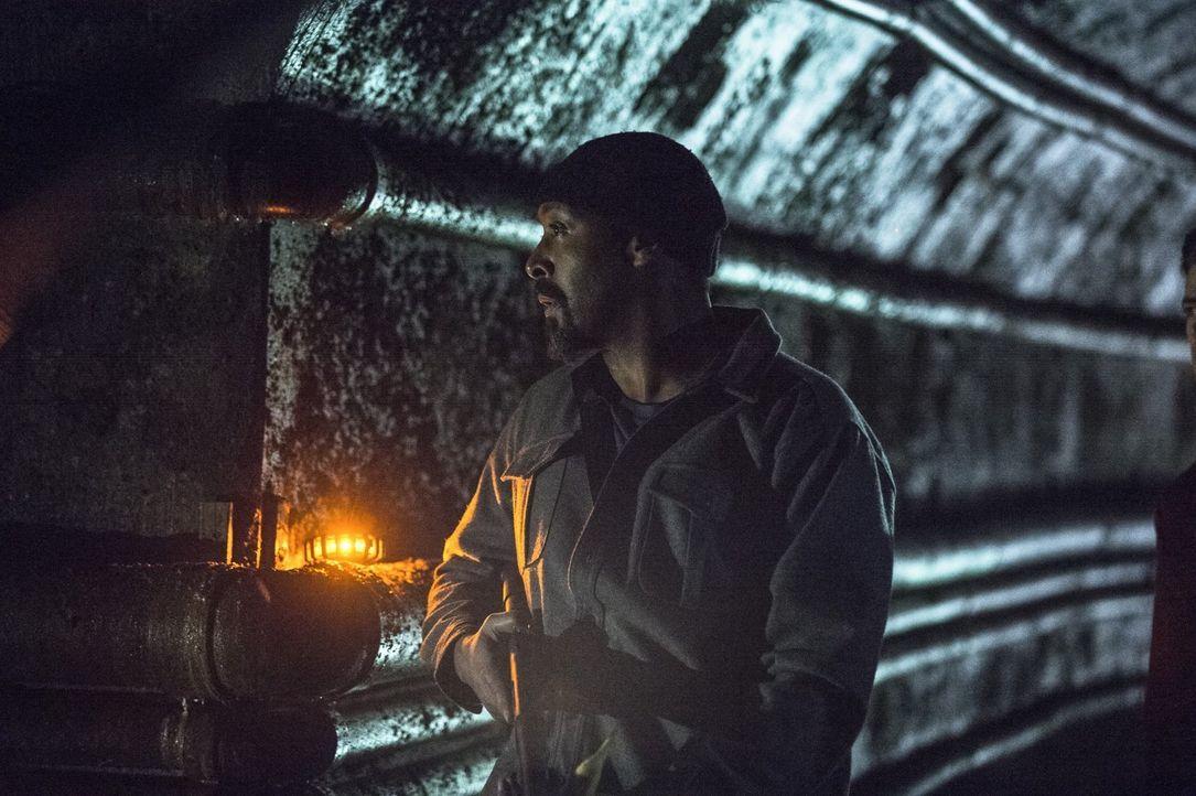 Als Iris die Wahrheit über Barry erfährt, ist sie sauer auf Joe (Jesse L. Martin), doch dann gerät dieser plötzlich in Lebensgefahr ... - Bildquelle: Warner Brothers.