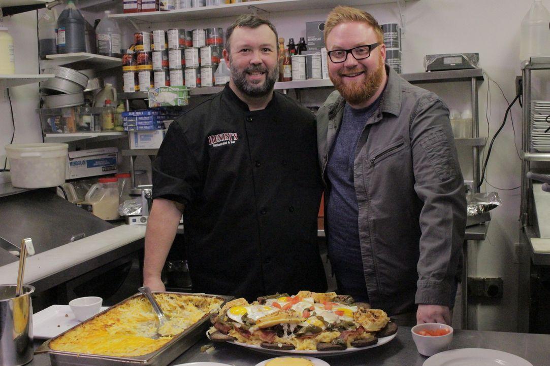 """Bennett Brown (l.) von """"Henry's Restaurant & Bar"""" in Columbia in South Carolina zeigt dem Food-Fanatiker Josh (r.), wie der """"Hungrigste Bennett"""" ent... - Bildquelle: 2017,Television Food Network, G.P. All Rights Reserved."""