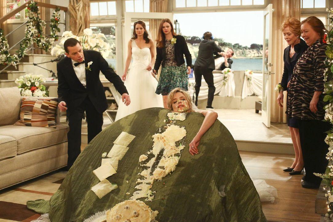Die Hochzeitsfeier von Alan (Jon Cryer, l.) und Gretchen (Kimberly Williams-Paisley, 2.v.l.) endet im Desaster: Während Walden (Ashton Kutcher, K4.v... - Bildquelle: Warner Brothers Entertainment Inc.