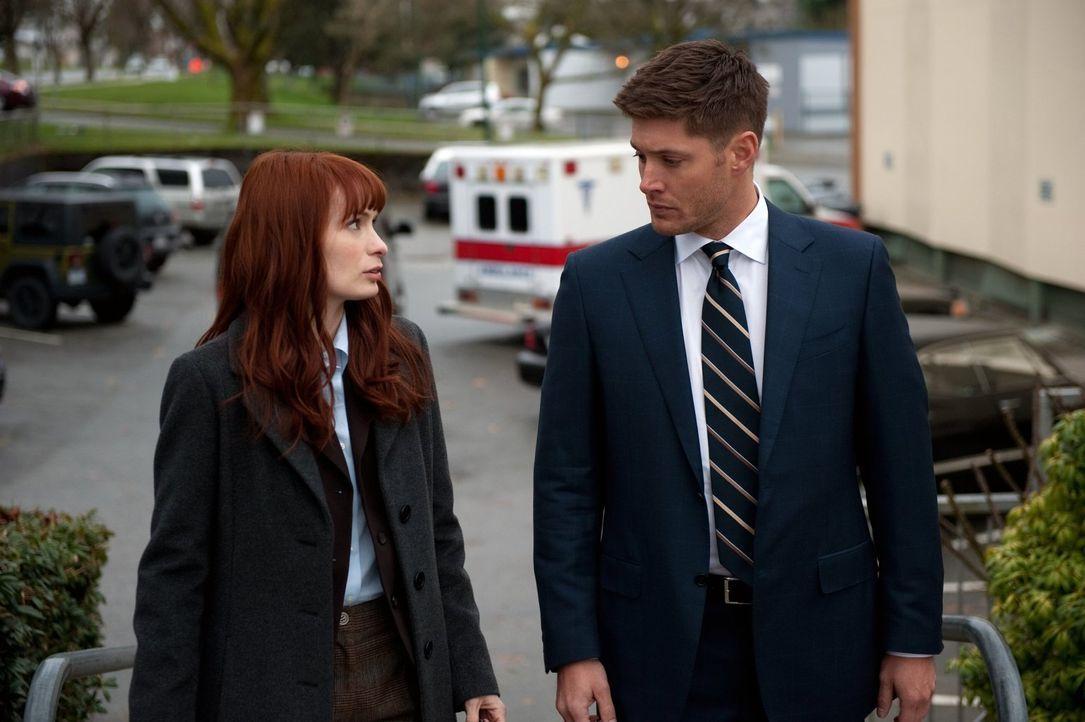 Um Charlie (Felicia Day, l.) auf die Jagd vorzubereiten, muss Dean (Jensen Ackles, r.) einiges auf sich nehmen ... - Bildquelle: Warner Bros. Television