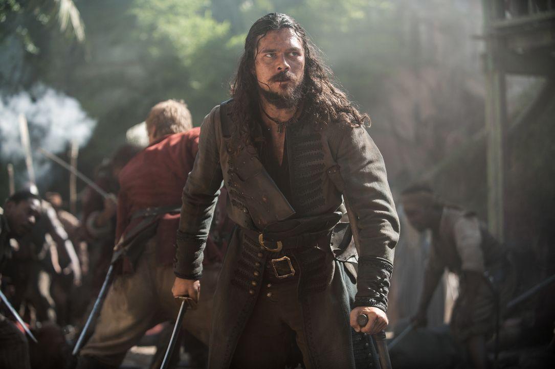 Captain Berringer lässt die verurteilten Piraten am Galgen hinrichten, um Flint und John Silver (Luke Arnold) so anzulocken und in einem offenen Gef... - Bildquelle: David Bloomer 2017 Starz Entertainment, LLC