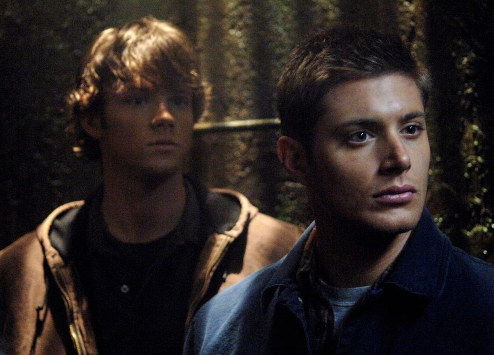 Sam (Jared Padalecki, l.) und Dean (Jensen Ackles, r.) versuchen einen alten Freund von Sam zu helfen und machen dabei eine schreckliche Entdeckung... - Bildquelle: Warner Bros. Television