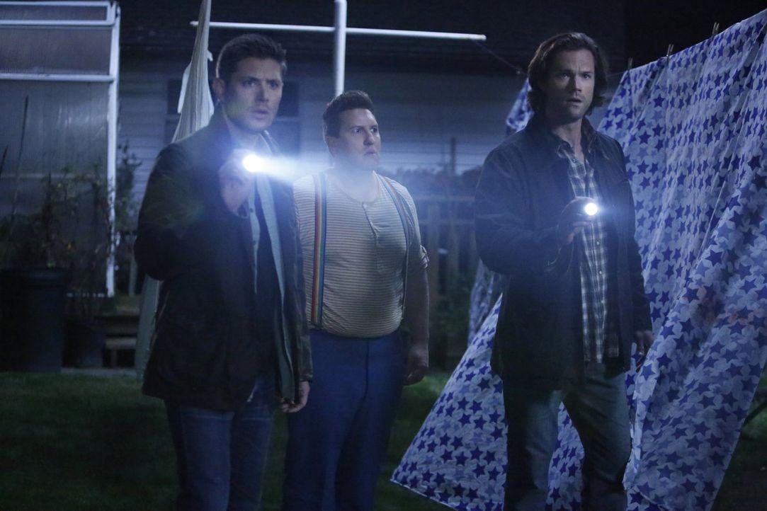Nach und nach wird Dean (Jensen Ackles, l.) und Sam (Jared Padalecki, r.) bewusst, dass Sams alter, imaginärer Freund Sully (Nate Torrence, M.), vie... - Bildquelle: 2014 Warner Brothers