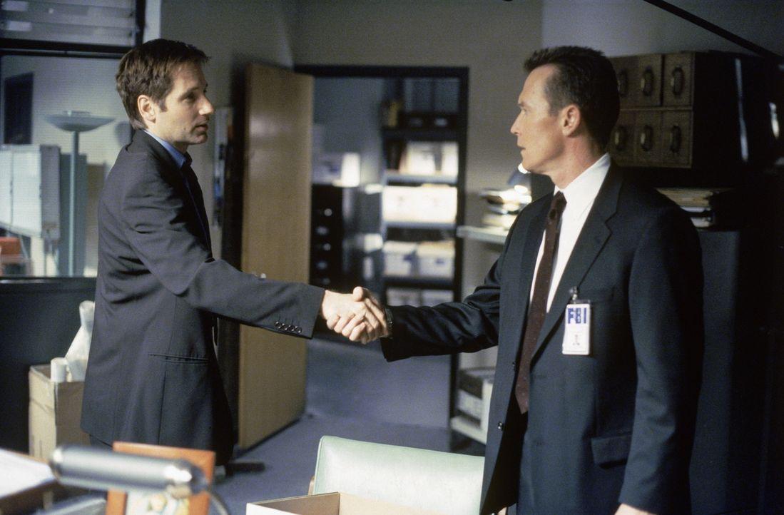 Als Doggett (Robert Patrick, r.) auf der Bohrinsel eintrifft, ist Mulder (David Duchovny, l.) bereits vor Ort und lässt sich die Einzelheiten des To... - Bildquelle: TM +   2000 Twentieth Century Fox Film Corporation. All Rights Reserved.