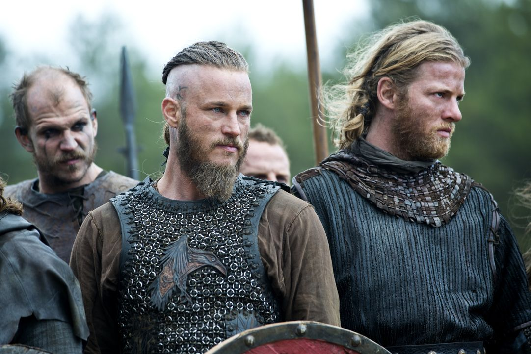 Muss in den Kampf gegen seinen Bruder ziehen: Ragnar (Travis Fimmel, M.) ... - Bildquelle: Bernard Walsh 2013 TM TELEVISION PRODUCTIONS LIMITED/T5 VIKINGS PRODUCTIONS INC. ALL RIGHTS RESERVED.