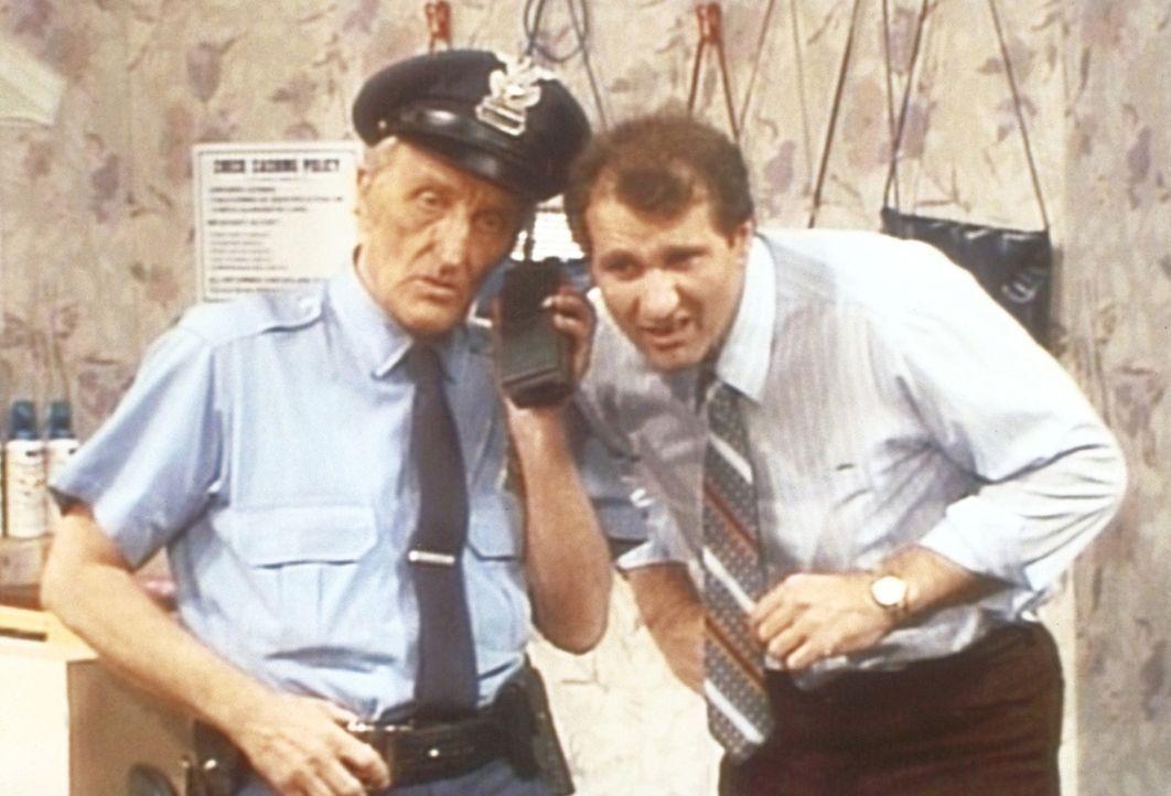 Al (Ed O'Neill, r.) hat mit Kündigung gedroht und hofft nun, dass der Sicherheitsmann (Billy Beck, l.) eine gute Nachricht für ihn hat. - Bildquelle: Sony Pictures Television International. All Rights Reserved.