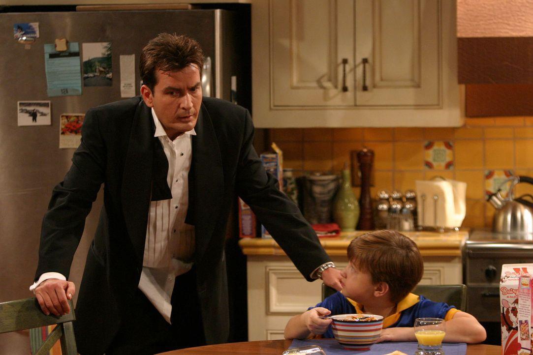 Nicht ahnend, dass er auf der Liste einiger allein erziehender Mütter steht, begleitet Charlie (Charlie Sheen, l.) seinen Neffen Jake (Angus T. Jone... - Bildquelle: Warner Brothers Entertainment Inc.