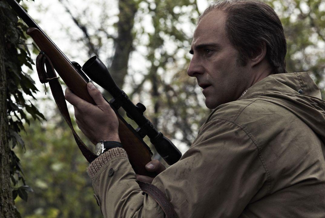 Bei einer missglückten Aktion wird Jim Prideaux (Mark Strong) niedergeschossen, aber ist er wirklich tot? - Bildquelle: Studiocanal GmbH