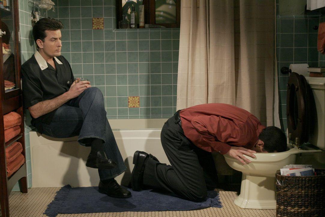 Als offensiver Frauenheld fühlt sich Charlie (Charlie Sheen, l.) bemüßigt, seinem Bruder Alan (Jon Cryer, r.) den Umgang mit Frauen beizubringen. Un... - Bildquelle: Warner Brothers Entertainment Inc.