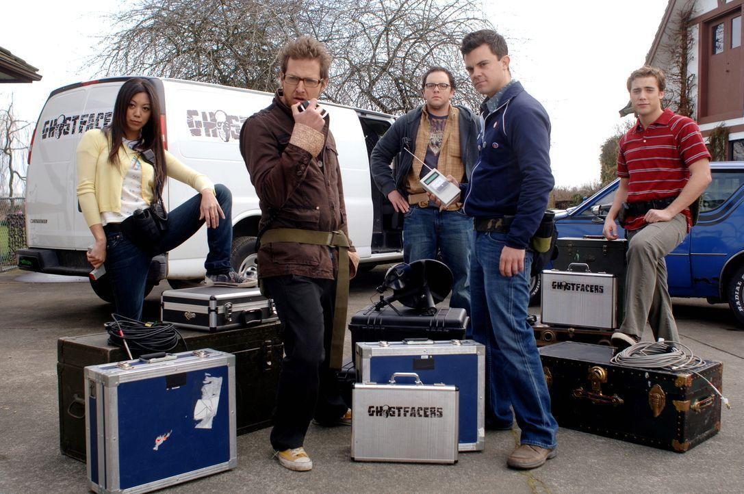 """Das Filmteam der """"Ghostfacers"""": (v.l.n.r.) Maggie (Brittany Ishibashi), Ed (A.J. Buckley), Spruce (Austin Basis), Harry (Travis Wester) und Corbett... - Bildquelle: Warner Bros. Television"""
