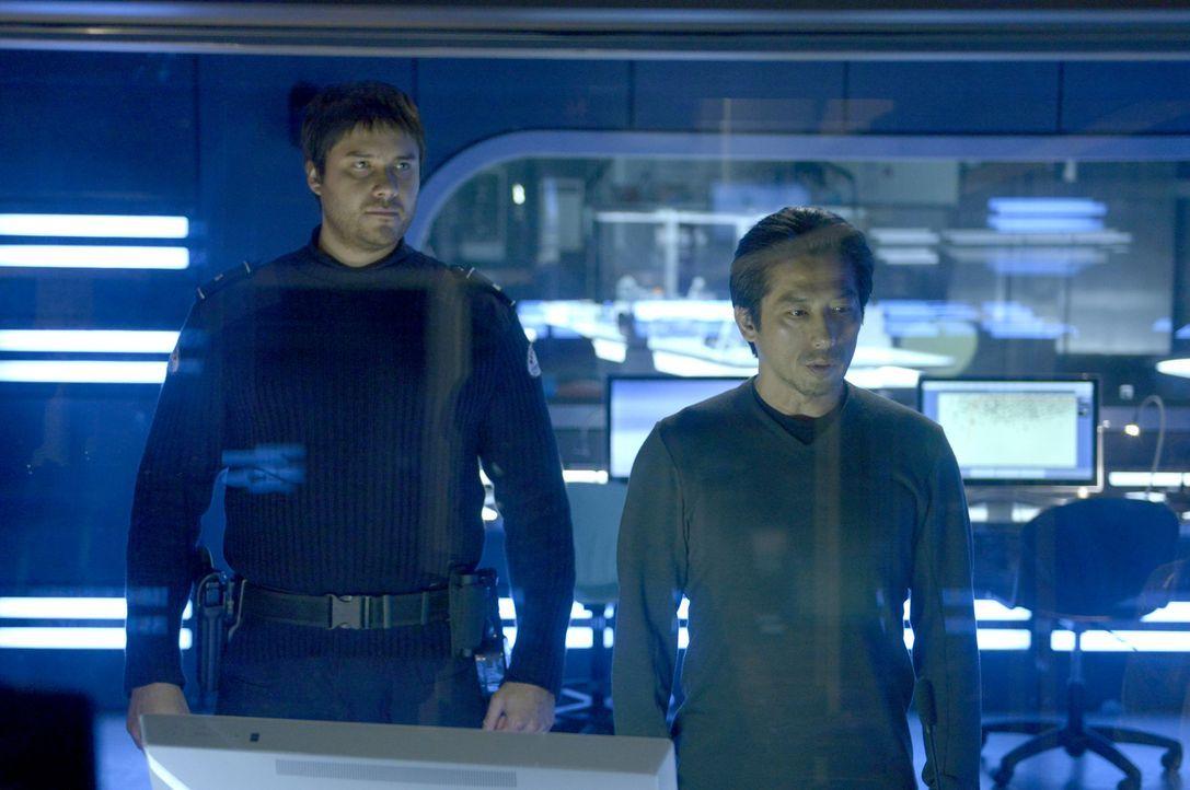 Versuchen Dr. Hatake (Hiroyuki Sanada, r.) und Daniel (Meegwun Fairbrother, l.), etwas Gefährliches zu vertuschen? - Bildquelle: 2014 Sony Pictures Television Inc. All Rights Reserved.
