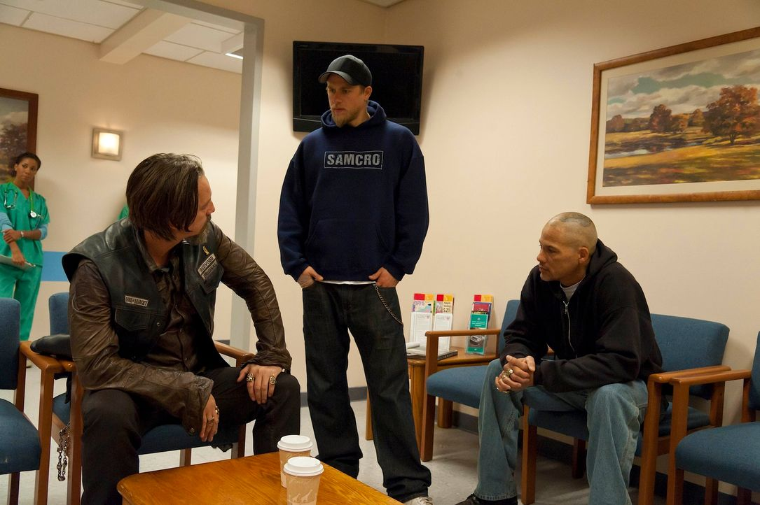Kennen Chibs (Tommy Flanagan, l.) und Happy (David Labrava, r.) die Wahrheit, nach der Jax (Charlie Hunnam, M.) so verzweifelt sucht? - Bildquelle: 2011 Twentieth Century Fox Film Corporation and Bluebush Productions, LLC. All rights reserved.