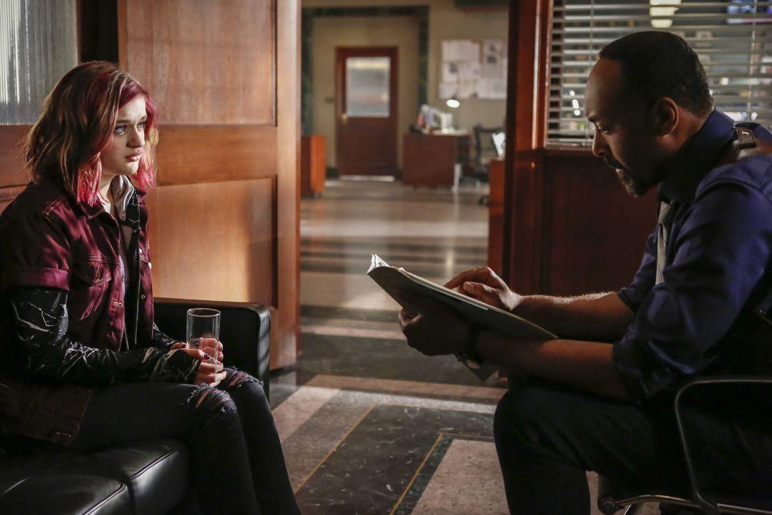 Als ein Mann in seiner Wohnung von einer Straßenlaterne erschlagen wird, nimmt sich Joe (Jesse L. Martin, r.) dem Fall an, nicht ahnend, dass Franki... - Bildquelle: 2016 Warner Bros.