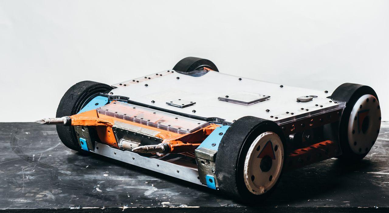 Verfügt der selbst gebaute Roboter von Team King B Remix über die nötigen Mittel, um seine Widersacher in der Kanpfarena zu beschädigen? - Bildquelle: Andrew Rae