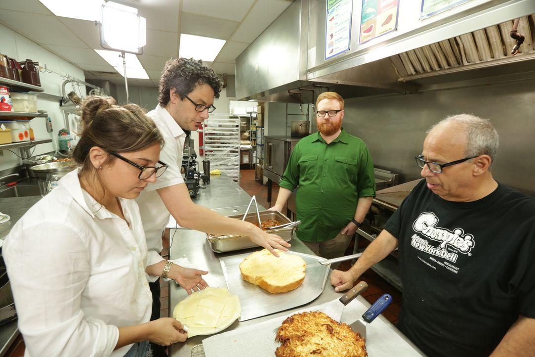 """Josh Denny (2.v.r.) stattet dem """"Chompie's"""" in Phoenix einen Besuch ab und ist dabei, als Küchenchef Bornstein (r.) und seiner Crew einen """"Bubbie's... - Bildquelle: 2017,Television Food Network, G.P. All Rights Reserved."""