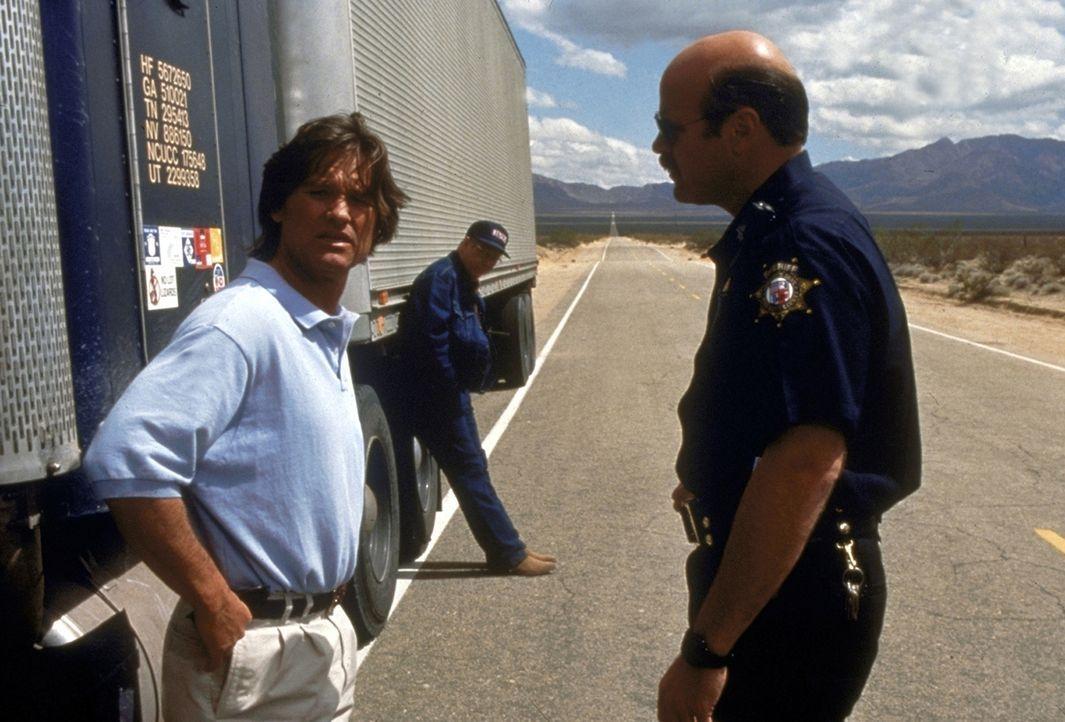 Jeff (Kurt Russell, l.) prallt auf der Suche nach seiner Frau auf eine Wand von Ignoranz und Feindseligkeit ... - Bildquelle: Paramount Pictures