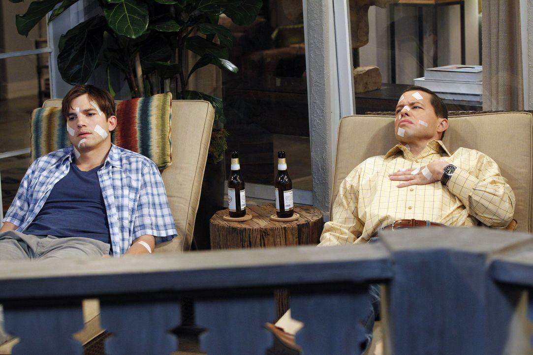 Nachdem Walden (Ashton Kutcher, l.) sich wieder von Rose getrennt hat, muss nicht nur er, sondern auch Alan (Jon Cryer, r.) ihre Rache spüren ... - Bildquelle: Warner Brothers Entertainment Inc.