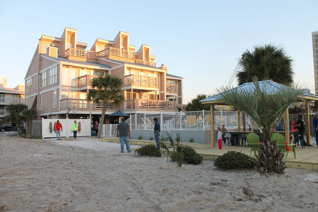 Seit mehr als zwanzig Jahren machen Beth und Greg Herman Urlaub in Gulf Shores. Zu dem schönen Haus soll nun das Außengelände neu gestaltet werden .... - Bildquelle: 2015, DIY Network/Scripps Networks, LLC. All RIghts Reserved.