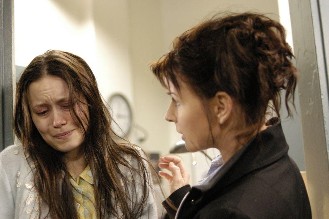 Diana (Jacqueline McKenzie, r.) kümmert sich um Tess Doerner (Summer Glau, l.), eine Rückkehrerin, die an einer paranoiden Schizophrenie leidet ... - Bildquelle: Viacom Productions Inc.