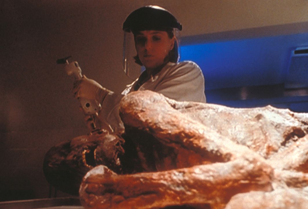 Scully (Gillian Anderson, hinten) untersucht die mumifizierte Leiche von Edward van Blundht (Lee de Broux, vorne), dessen Sohn verdächtigt wird, der... - Bildquelle: TM +   2000 Twentieth Century Fox Film Corporation. All Rights Reserved.