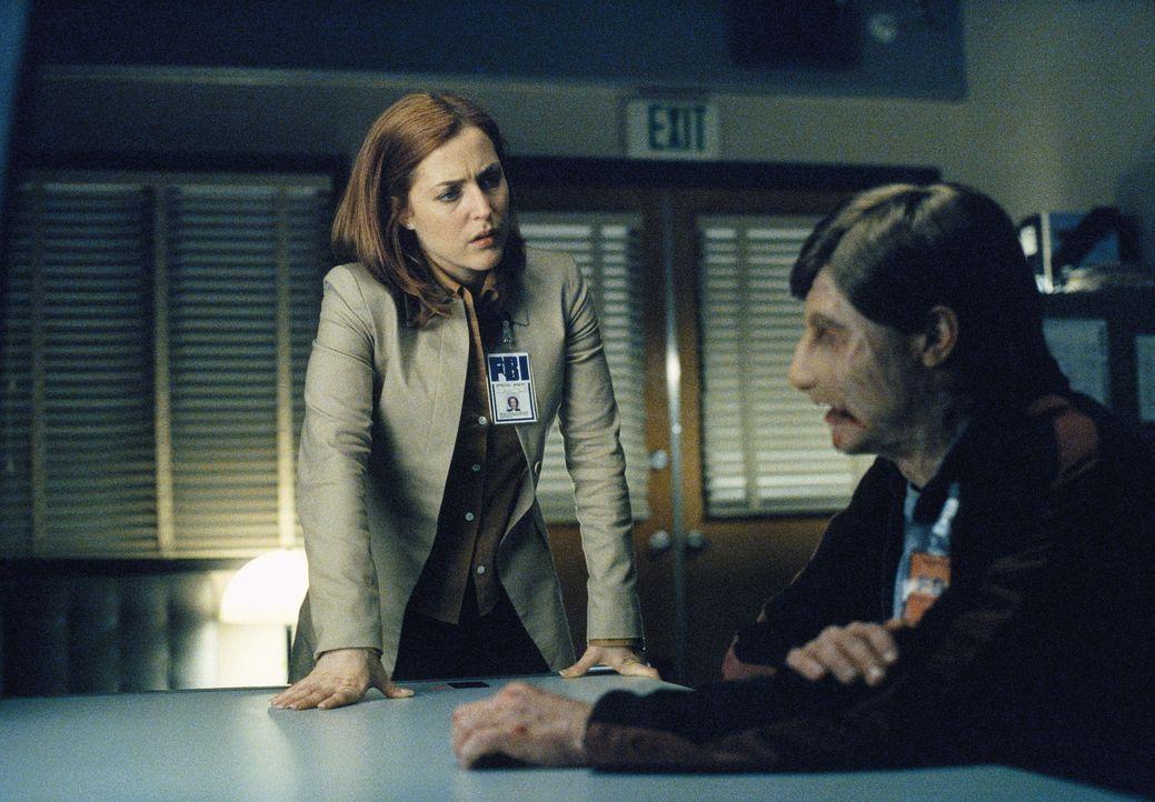 Ein durch Brandwunden entstellter Mann ist in das Büro von Doggett eingedrungen. Nach seiner Festnahme nimmt ihn Scully (Gillian Anderson, l.) ins V... - Bildquelle: TM +   Twentieth Century Fox Film Corporation. All Rights Reserved.