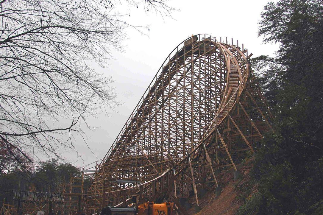 """Für den Bau der Holzachterbahn """"Thunderhead"""" wurden Holzplanken in einer Gesamtlänge von 200 Kilometern verbaut ... - Bildquelle: ProSieben MAXX"""
