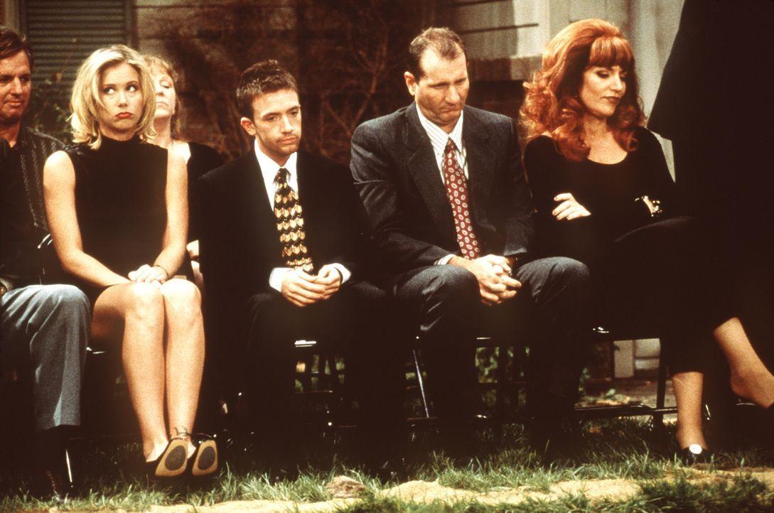 Bei den Bundys, Kelly (Christina Applegate, l.), Bud (David Faustino, 2.v.l.), Al (Ed O'Neill, 2.v.r.) und Peggy (Katey Sagal, r.), findet eine groß... - Bildquelle: Sony Pictures Television International. All Rights Reserved.