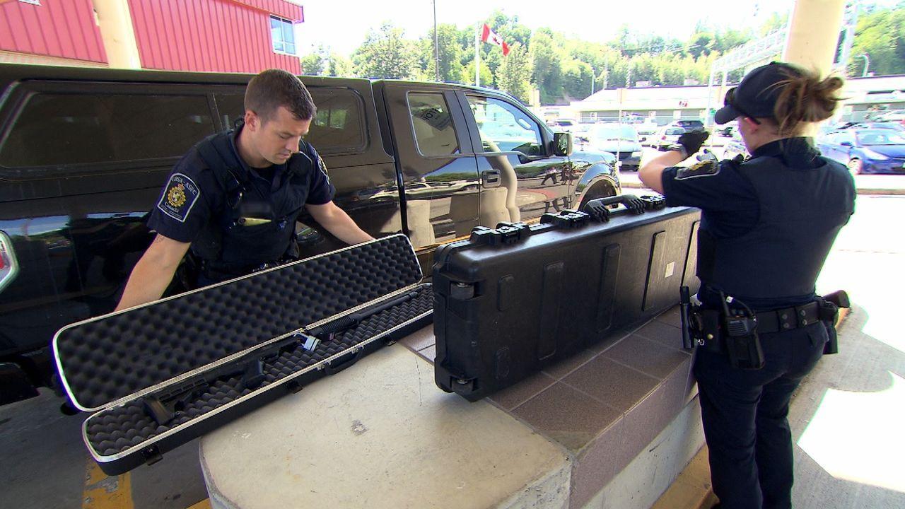 Die Beamten an der kanadischen Grenze haben alle Hände voll zu tun ... - Bildquelle: Force Four Entertainment / BST Media 2 Inc.