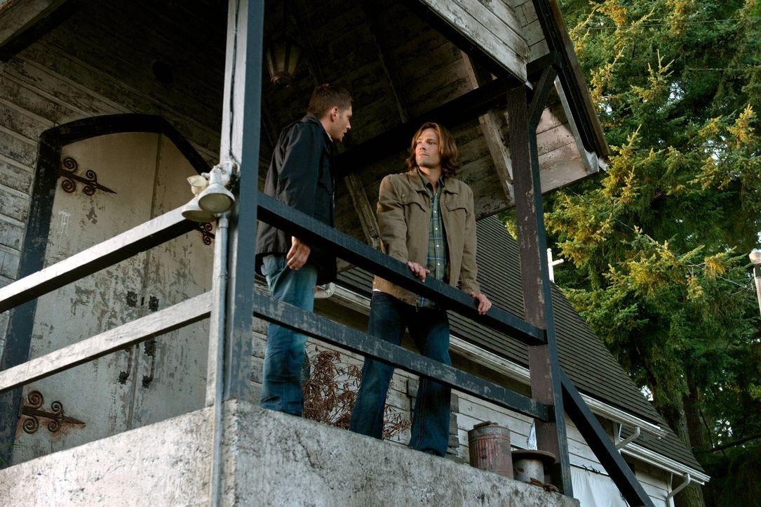 Während Dean (Jensen Ackles, l.) das Familienerbe weiterführen will, hat Sam (Jared Padalecki, r.) versucht, ein ganz normales Leben zu führen ... - Bildquelle: Warner Bros. Television