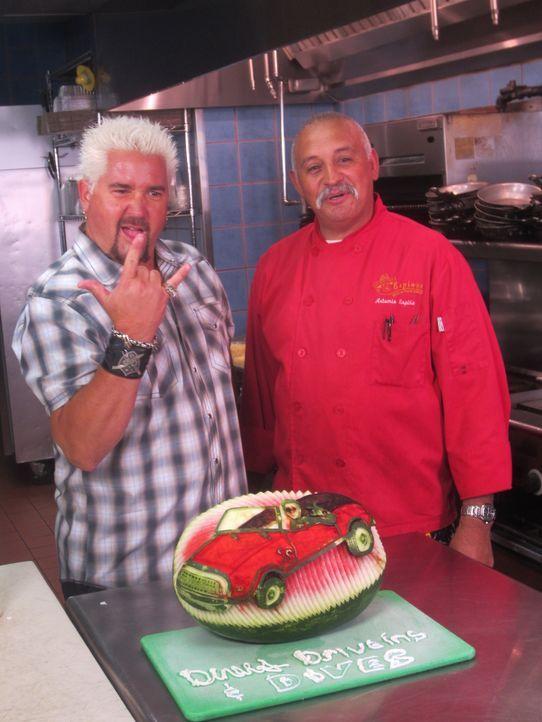 Ein ganz besonderer Besuch ist es für Guy Fieri (l.), als er in Espino's (r.) Mexican Bar and Grill ist .... - Bildquelle: 2012, Television Food Network, G.P. All Rights Reserved.