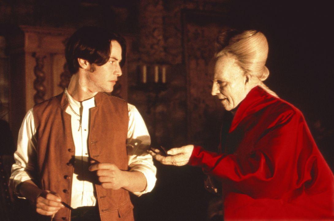 Bei einem Besuch seines Maklers Jonathan Harker (Keanu Reeves, l.) entdeckt Dracula (Gary Oldman, r.) ein Bild von dessen Verlobter Mina ... - Bildquelle: Columbia Pictures